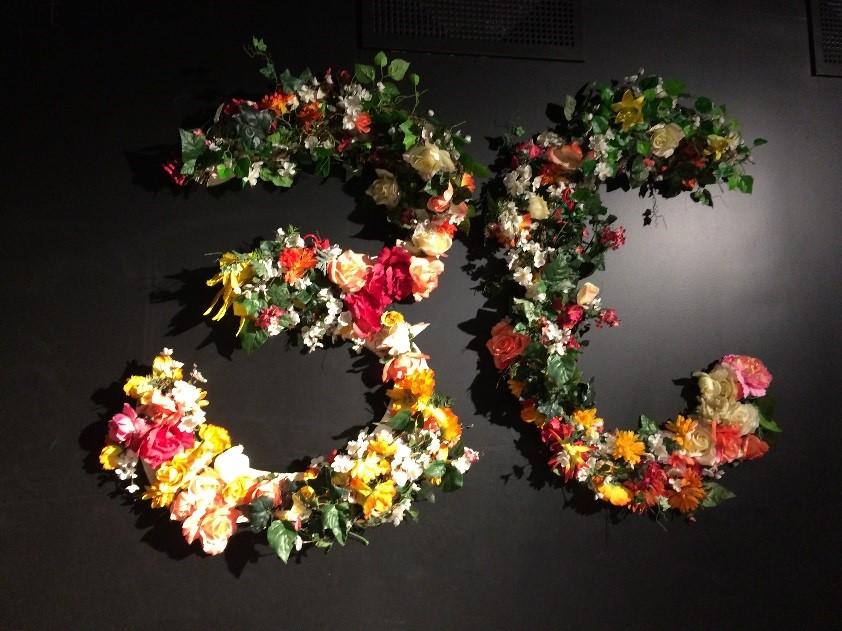 Blomster arrangert som et tretall og bkstaven C
