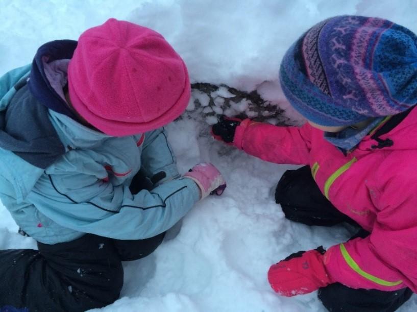 To barn leker i snøen