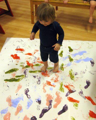 Barn lager fotavtrykk med maling