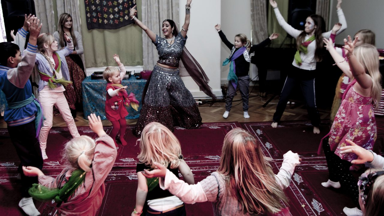 Barn og voksne som danser.