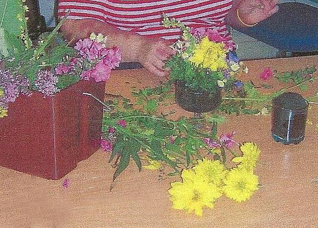 Gule og rosa blomster plukket og ordnet i vase