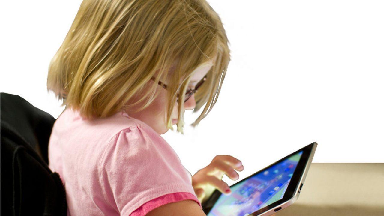 Ung jente med rosa genser og iPad