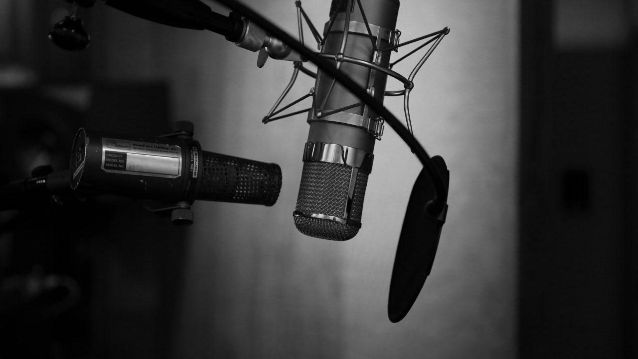 To mikrofoner i svart/hvit med popfilter
