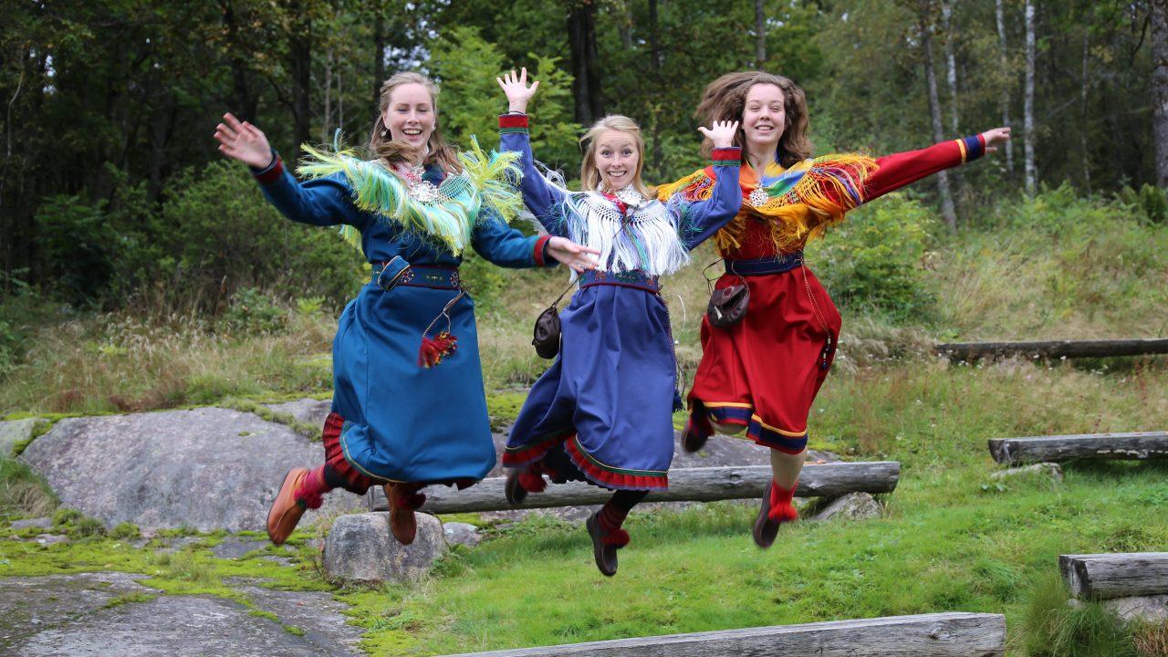 jenter i samiske kofter som hopper