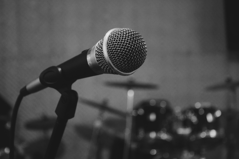 Bilde av en vokalmikrofon på et stativ