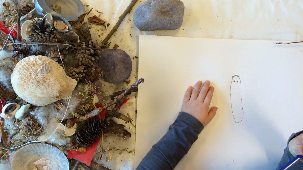 Barnehånd som tegner