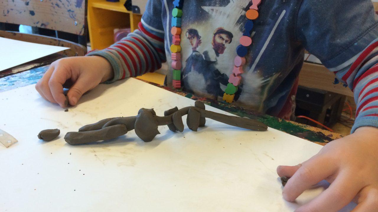 Barn lager tusenbein i leire