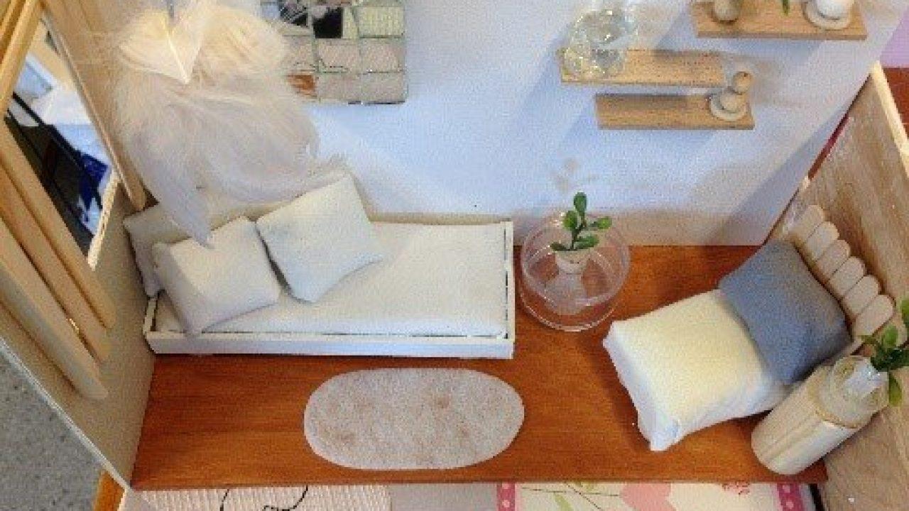 Et rom i miniatyr, med forskjellige møbler.