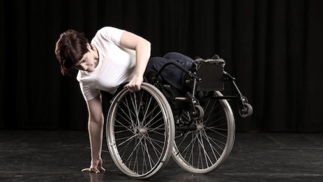 Dame hvit genser rullestol dans