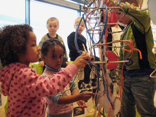 Barn lager et skjelett av gjenbruksmaterialer