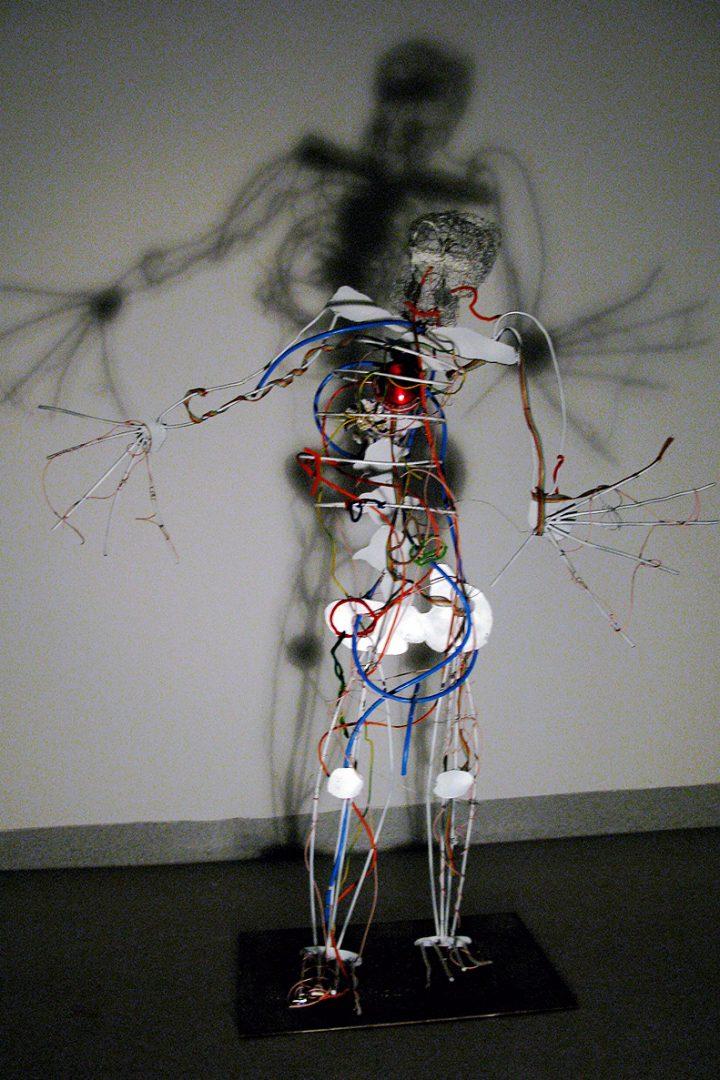 Et skjelett laget av stål, ledninger og plastrester