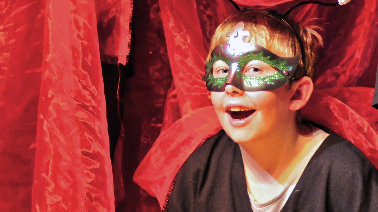 Røst sceneteppe person med maske