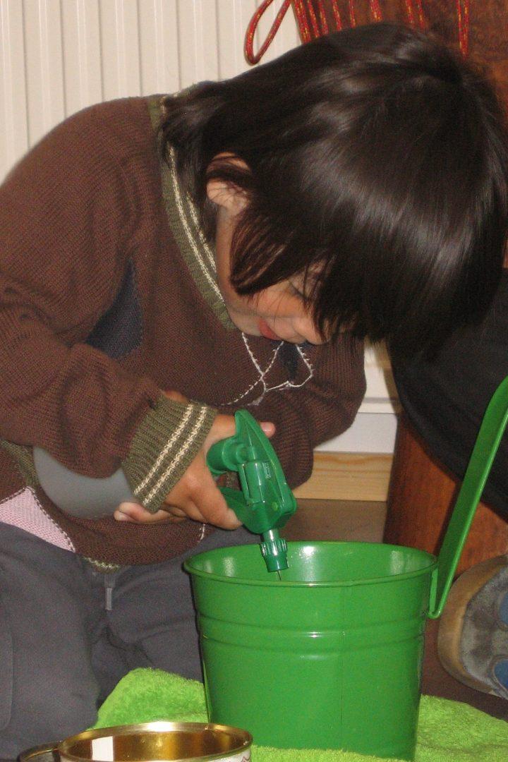 OBS: Lille Sophie skal ikke kokes, taes i oppvaskmaskinen eller vaskes for hånd.