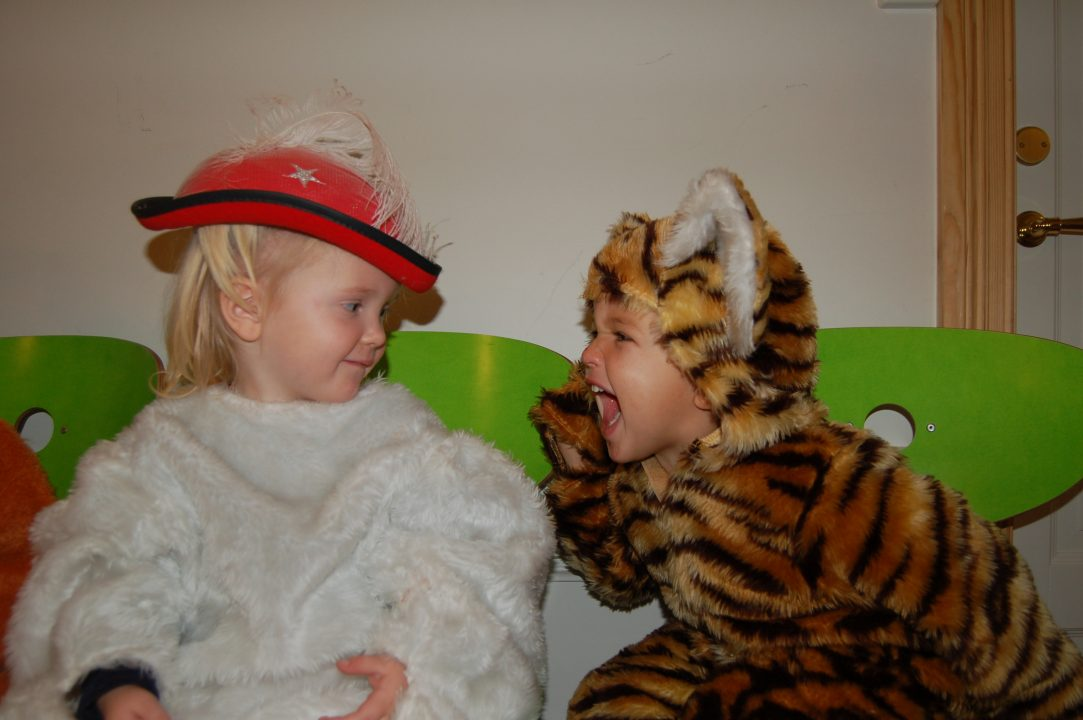 Barn i dyrekostyme.