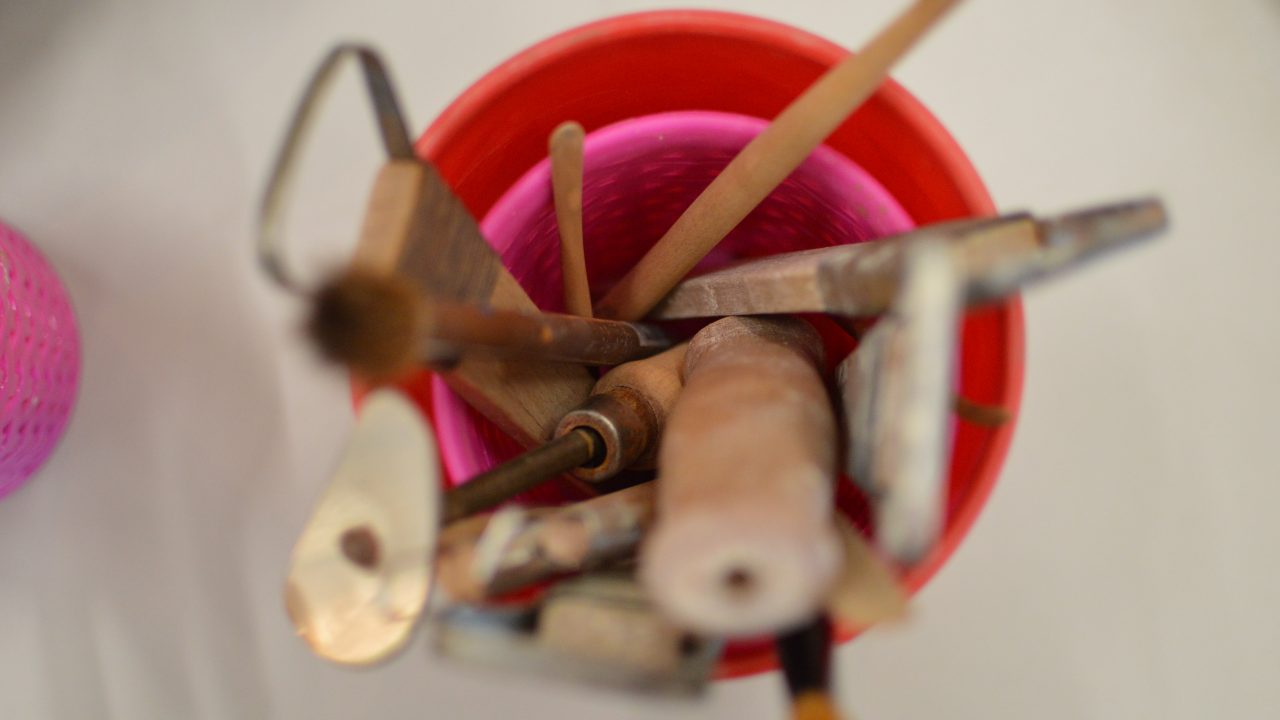 Leireverktøy i rosa kopp.