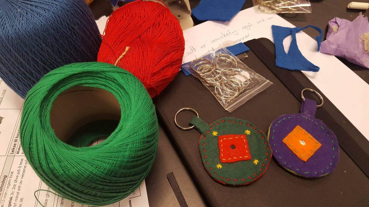 Garn og filt som brukes til å lage samiske nøkkelringer