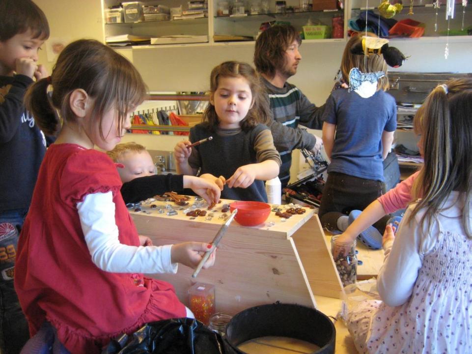 Barn lager fuglekasse.