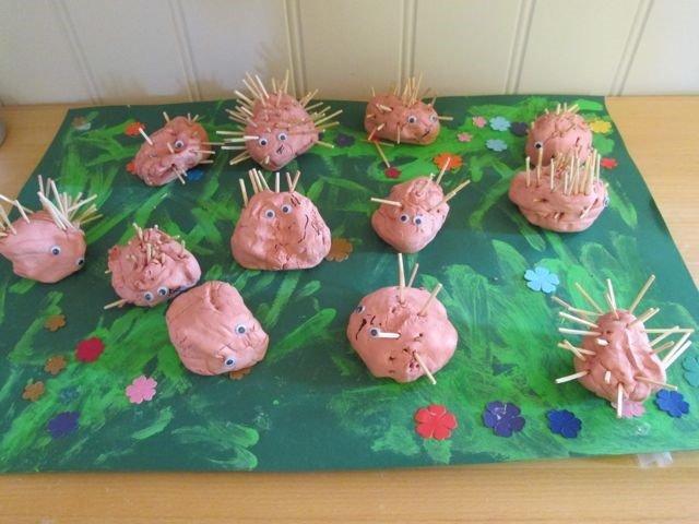 Utstilling av pinnsvinfigurer laget av barn.