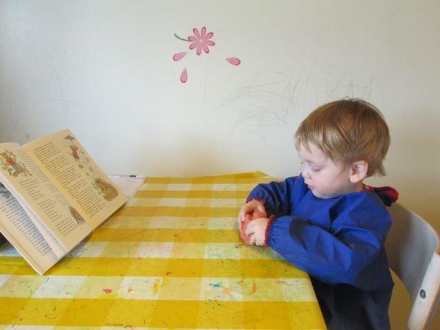 Barn sitter ved et bord og lager pinnsvin inspirert av boken.