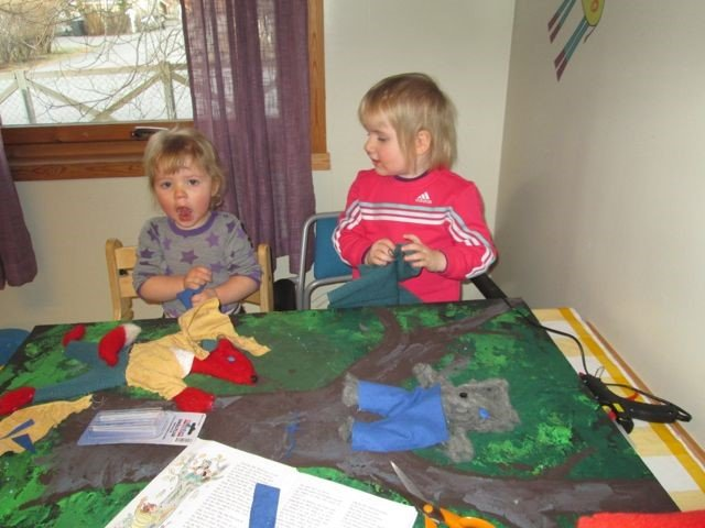 Barn sitter rundt et bord med et fellesbilde.
