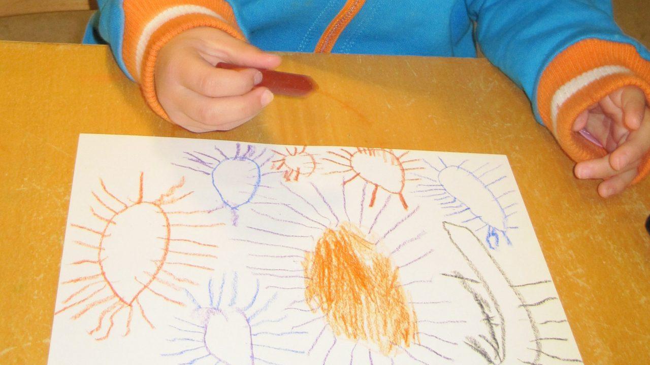 Barn tegner edderkopp.