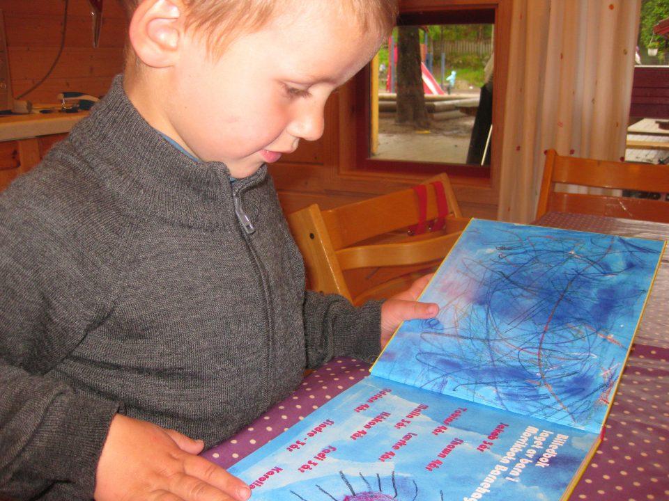 Barn leser i bok.