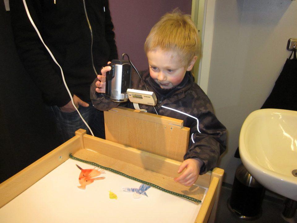 Barn bruker videokamera for å lage animasjonsfilm.