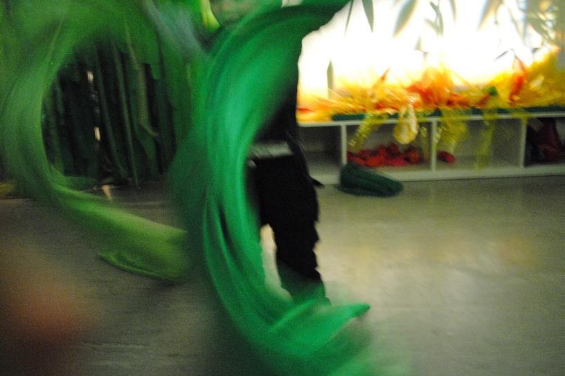 Barn leker med grønn tekstil.