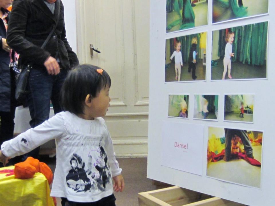 Barn studerer utstilling.