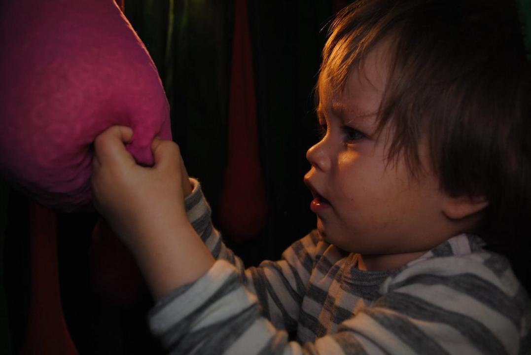Barn undersøker rosa objekt.