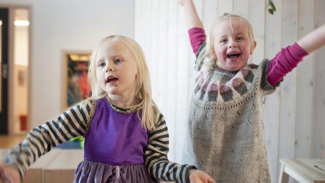 Barnehagebarn som danser.