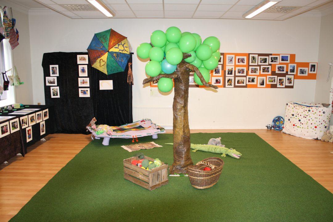 Palmetre og miljø i barnehagen laget i gjenbruksmaterialer.