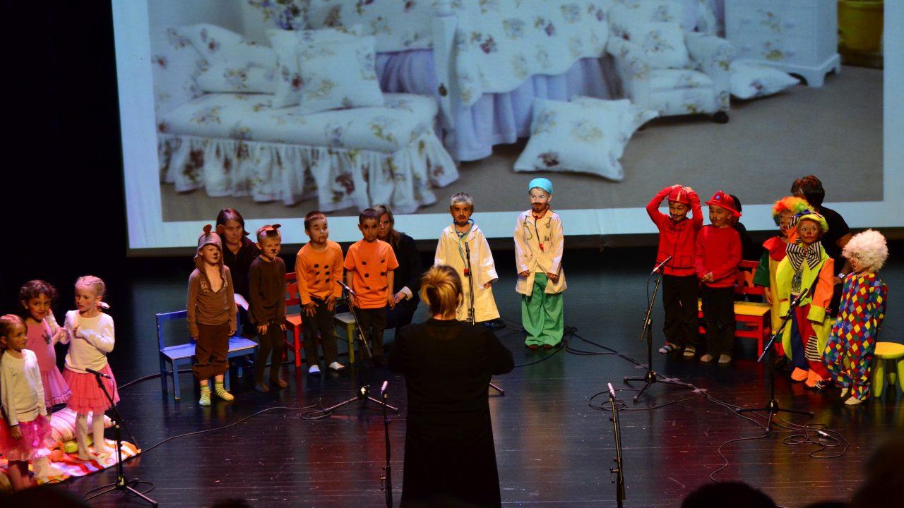 Barn i kostymer på en scene.