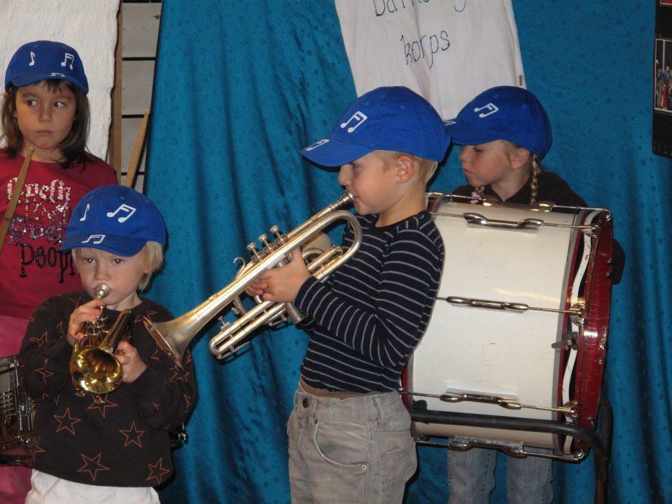 Barn spiller i korps.