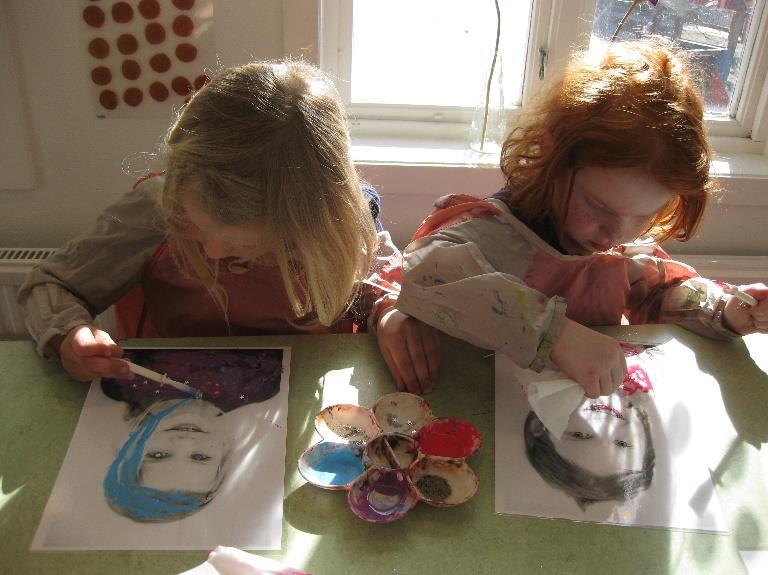 Barna fargelegger egne portretter.