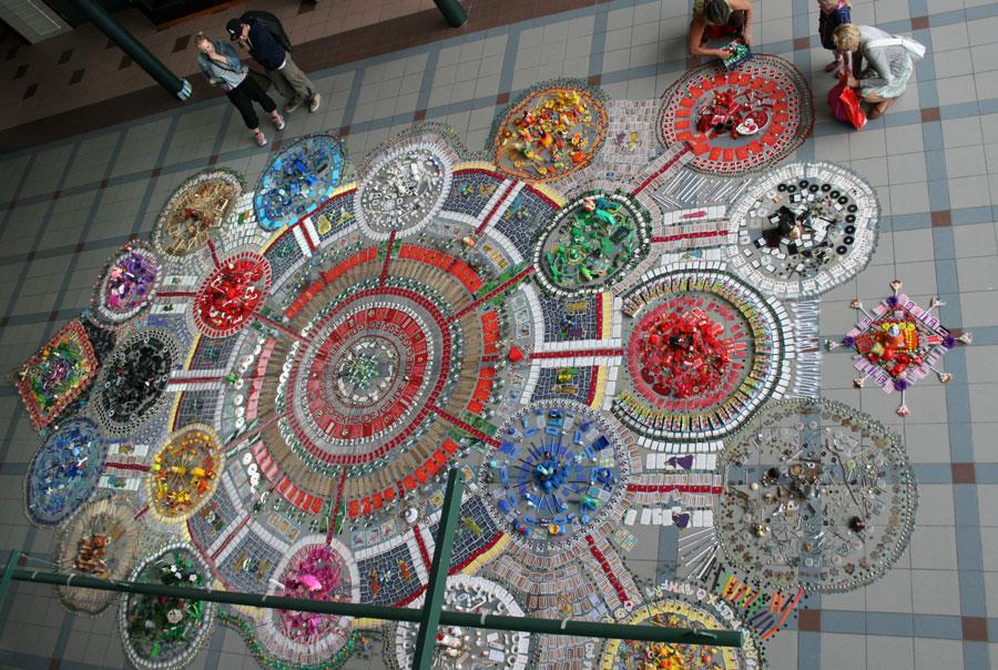 Stort mosaikkbilde i forskjellige farger.