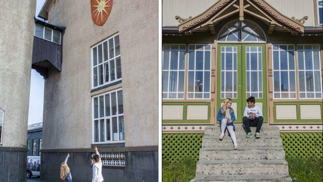 Gutt og jente peker opp på byvåpen på rådhuset. Gutt og jente sitter på en trapp