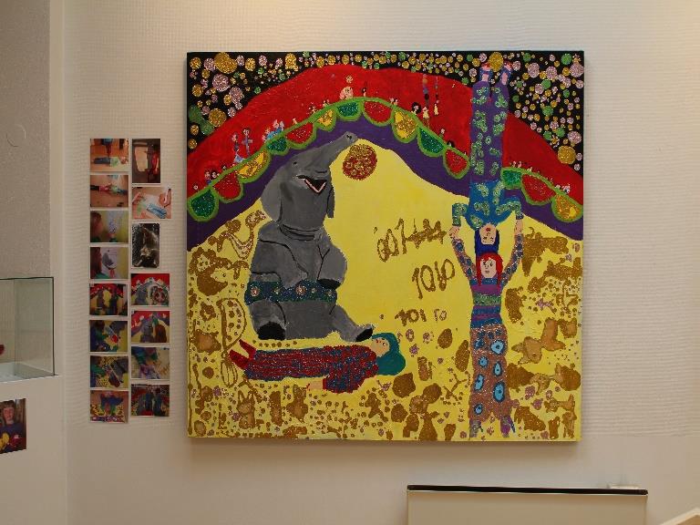 Maleri av elefant og sirkusartister.