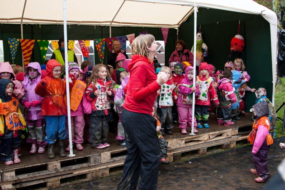 Festivalstemning, voksne og barn i godt humør.