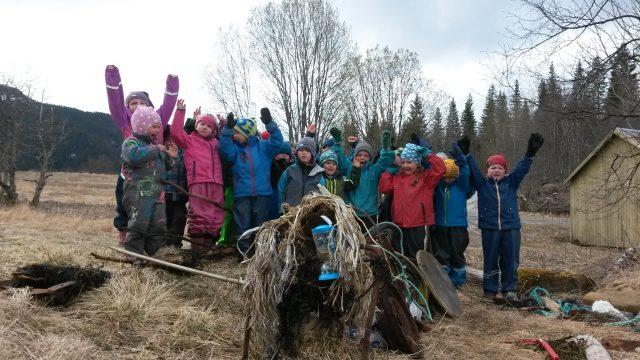 Barn ute samla søppel lager monster