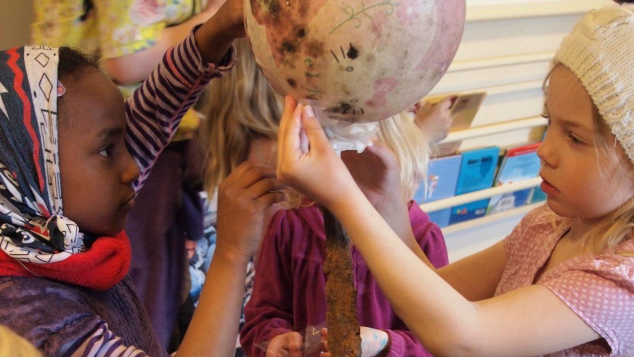 Barn lager skulptur med ball