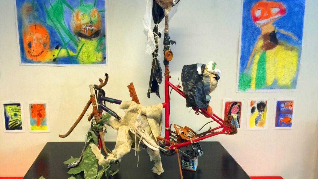 Skulptur laget av søppel