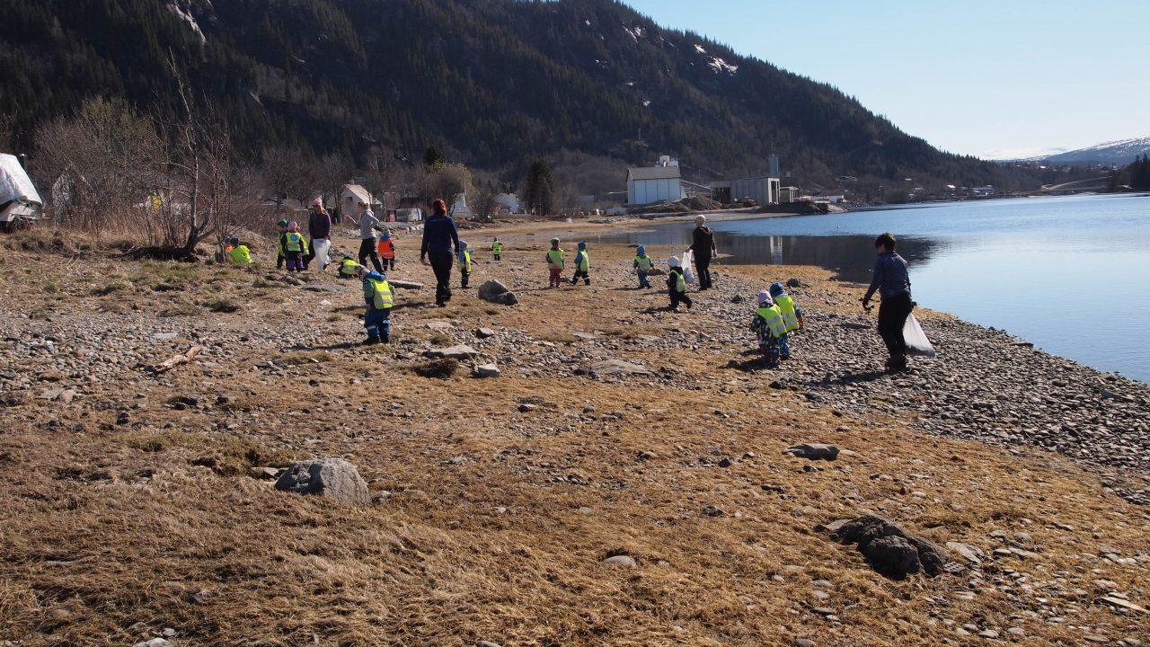 barn og voksne rydder søppel i fjæra
