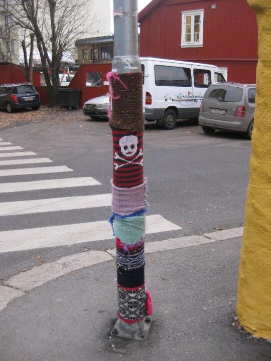 Ferdig dekorert lyktestolpe med tekstiler i ulike farger.