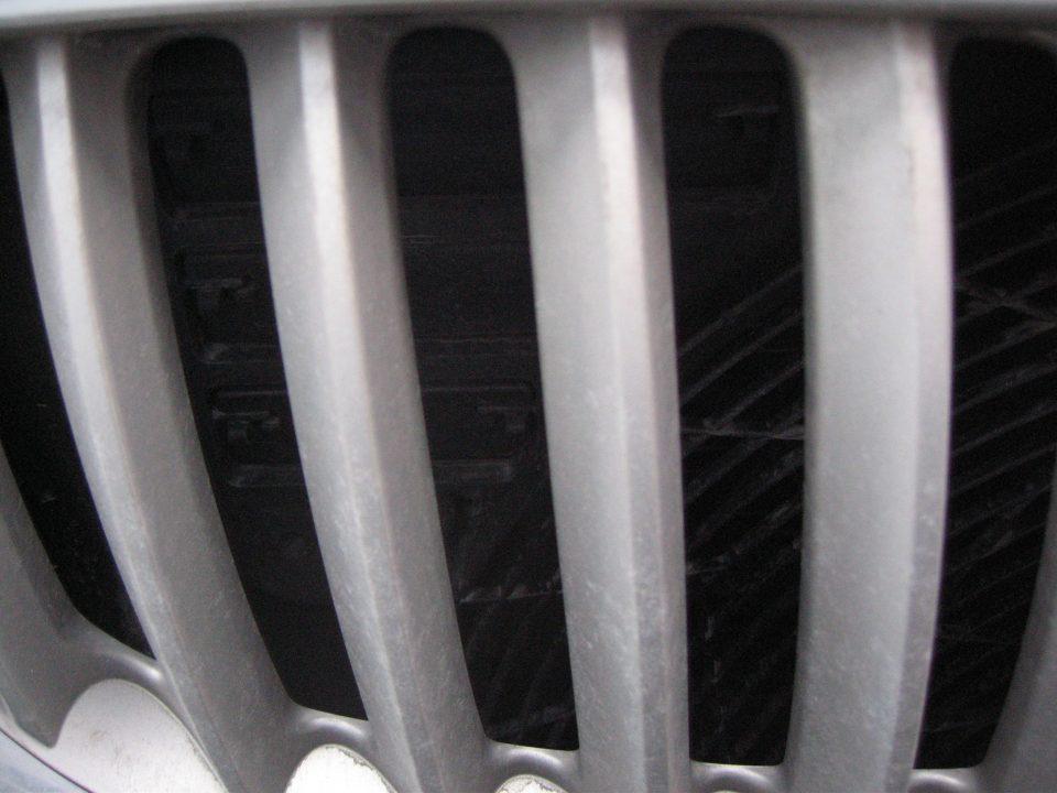 Nærbilde av grill på bil.
