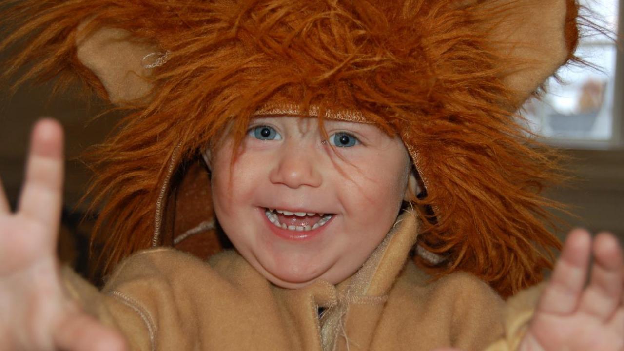 Barn med løvekostyme.