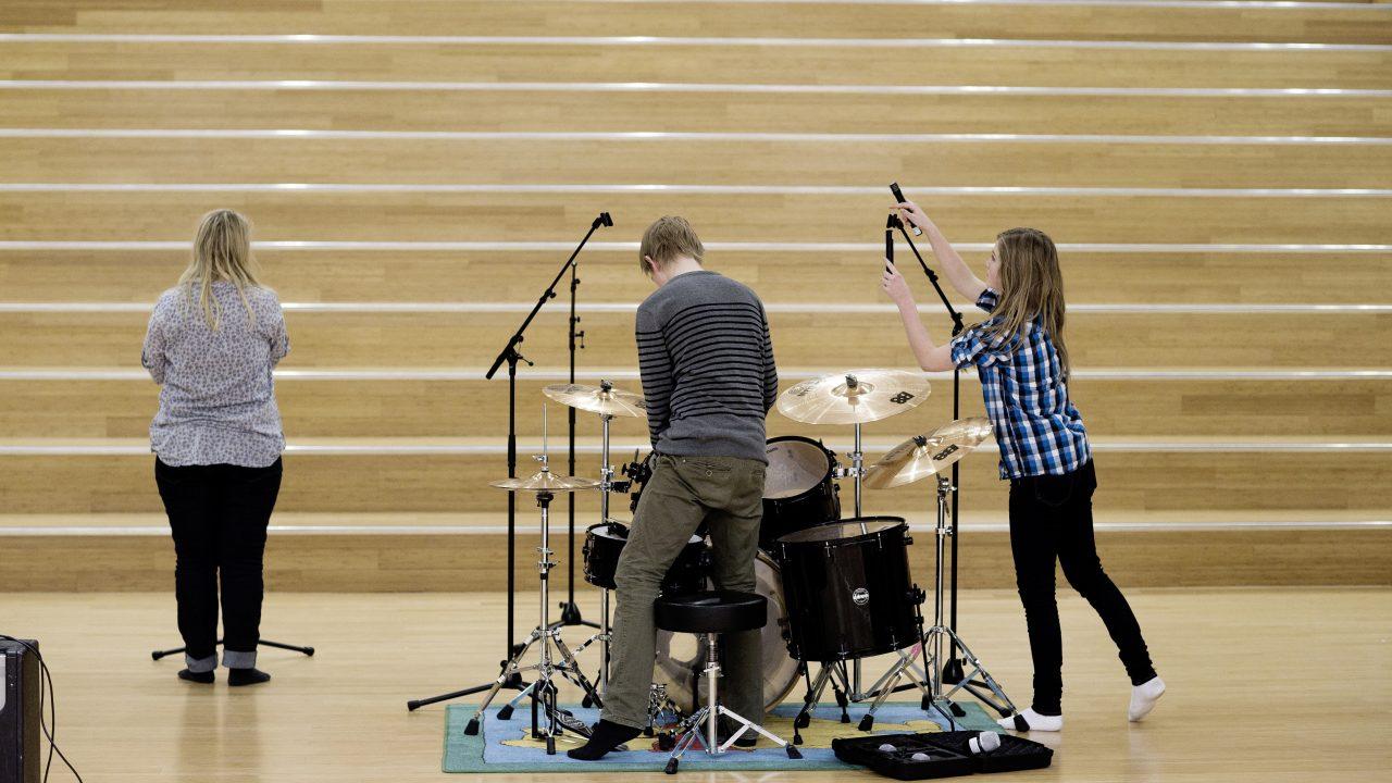 Elever setter opp trommesett og mikrofoner