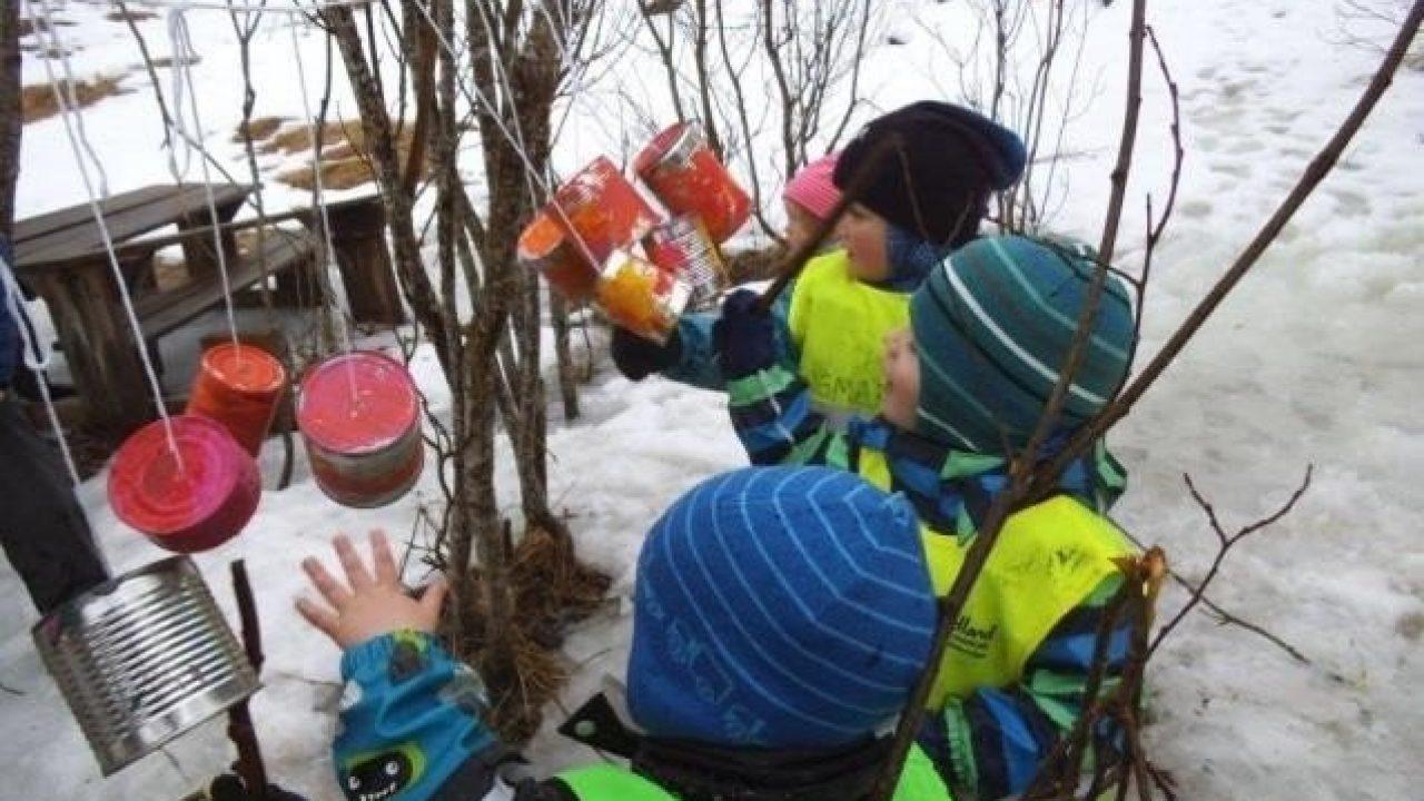 Barn leker i skogen.
