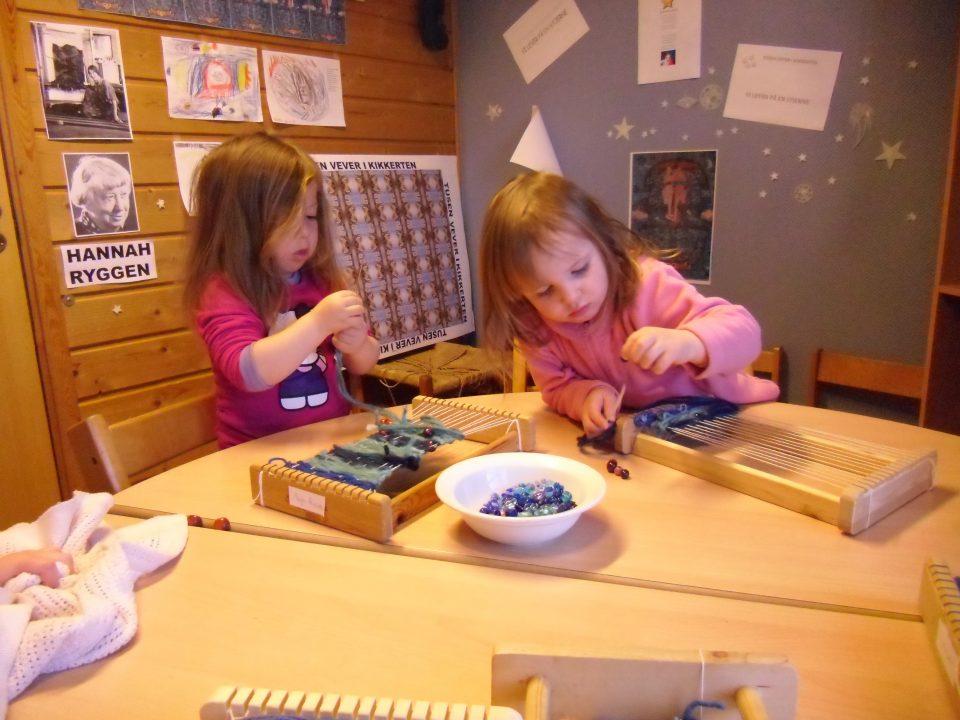 Barn bruker vev.