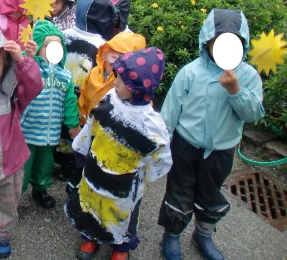 Barn med tskjorter som de har malt selv.